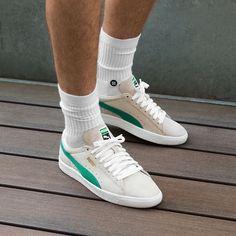 Que vaut la Puma Suede 90681 'Whisper White Green Flash' ? Puma Sneakers Shoes, Mens Puma Shoes, Converse Sneaker, Sneakers Mode, Classic Sneakers, Pumas Shoes, Sneaker Boots, Sneakers Fashion, Puma Suede Outfit