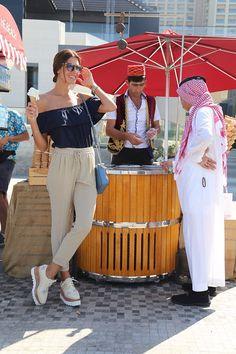 DUBAI.  Mi viaje a Dubai fue todo una experiencia, una cultura tan diferente... El clima estaba espectacular como a 28 grados. No me lo pensé 2 veces, me vestí y me marché a la playita a pasear. Elegí este outfit para sentirme cómoda y relajada. Ya estoy deseando regresar!!!  Wearing: Trousers & Top Zara . Stella Mccartney flatform Shoes. Michael Kors Bag.