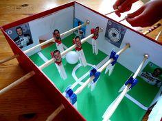 Wie Samt und Seide: Tischfußball aus Schuhkarton und Wäscheklammern
