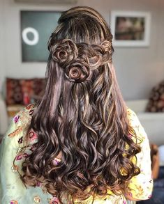 If long hair is what you have a knack for, here we have the latest trending long hairstyles for girls to choose from for the ceremony of a lifetime – their wedding. Open Hairstyles, Classic Hairstyles, Party Hairstyles, Girl Hairstyles, Braided Hairstyles, Hairstyles Pictures, Latest Hairstyles, Engagement Hairstyles, Indian Wedding Hairstyles