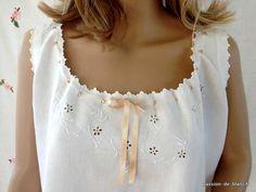 LINGE ANCIEN/ Très belle chemise de jour brodée main sur toile de lin fin avec superbe broderie