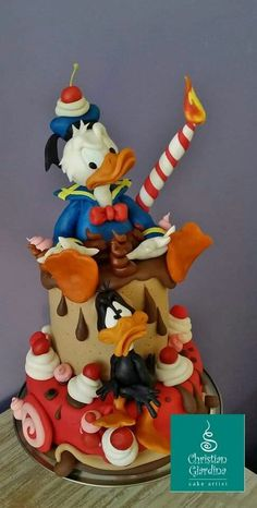 Angry Ducks (Donald and Daffy Duck) - Cake by Christian Giardina Pretty Cakes, Cute Cakes, Beautiful Cakes, Amazing Cakes, Crazy Cakes, Fancy Cakes, Pink Cakes, Fondant Cakes, Cupcake Cakes