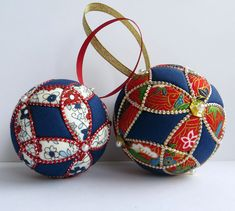 Christmas Ornament Tutorial - Pattern - Instructions - DIY - No Sew - Trinity Quilted Christmas Ornaments, Fabric Ornaments, Hand Painted Ornaments, Ornaments Design, Christmas Balls, Christmas Crafts, Christmas Decorations, Fabric Gifts, Felt Fabric
