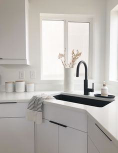 Simple clean and white kitchen with black sink Black Kitchen Taps, White Kitchen Counters, Modern Kitchen Sinks, White Shaker Kitchen, Kitchen Sink Design, All White Kitchen, White Countertops, Black Kitchens, Kitchen Sink Ideas Undermount