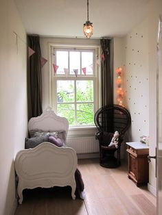 Franka's Beautiful Amsterdam Abode — Minimal but potent and deliberate decorations (*R*)