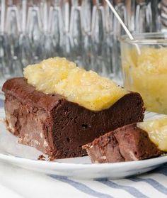 250 γρ. κουβερτούρα με περίπου 65%-70% κακάο, τεμαχισμένη σε μικρά κομμάτια 200 γρ. βούτυρο αγελάδας, κομμένο σε κομμάτια + λίγο ακόμα, λιωμένο, για τη φόρμα 4 αυγά 100 γρ. άχνη ζάχαρη λίγο αλεύρι για τη φόρμα
