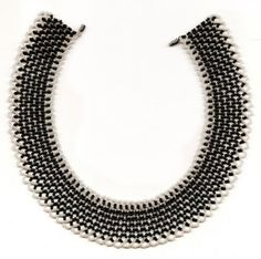 Free pattern for beaded necklace Chess Queen   U need black and white seed beads 11/0