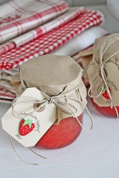 VIBEKE Design strawberry jam and linens. Strawberry Farm, Strawberry Patch, Strawberry Fields, Jam Packaging, Pretty Packaging, Food Gifts, Diy Gifts, Vibeke Design, Red Cottage