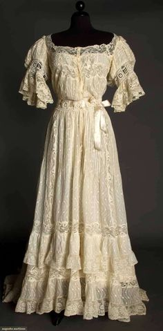 "I love the sound of ""tea gown"". Ivory lawn and lace tea gown, c. Vintage Gowns, Mode Vintage, Vintage Lace, Vintage Outfits, Antique Lace, Vintage Costumes, 1900s Fashion, Edwardian Fashion, Vintage Fashion"