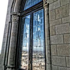 Reflexes a les finestres de la casa neogotica del castell de Xàtiva