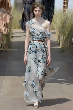Try a simple brown leather belt. Christian Dior Fall 2017 Couture Fashion Show - Maria Clara Fashion 2017, Couture Fashion, Runway Fashion, High Fashion, Fashion Show, Beautiful Gowns, Beautiful Outfits, Couture Dresses, Fashion Dresses
