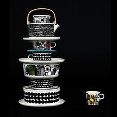Beautiful dark image with a tower of Marimekko tableware www.nl for Marimekko servies / tableware Ceramic Tableware, Kitchenware, Swedish Design, Home And Deco, Decoration Table, Wooden Handles, Scandinavian Style, Dinnerware, Home Accessories