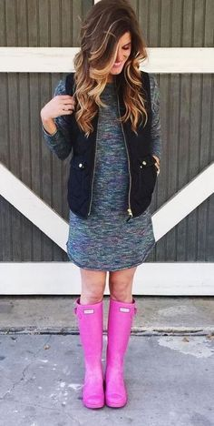 what to wear on a rainy day: comfy tee dress puffer vest and hunter boots Pink Hunter Boots, Hunter Boots Outfit, Preppy Mode, Preppy Style, School Looks, Fall Winter Outfits, Autumn Winter Fashion, Moda Zendaya, Tennisschuhe Outfit