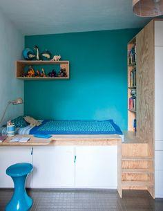<p>Dans la chambre de Roman, on retrouve la couleur phare du nouvel espace de vie : le bleu, dans une nouvelle déclinaison. Construite sur le même principe que les autres chambres,...