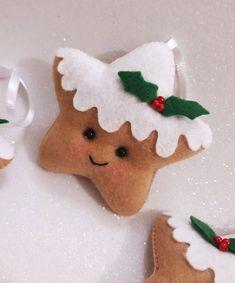 Que tal dar um charme a mais na sua decoração natalina? Temos a opção perfeita para você. Crochet Christmas Decorations, Felt Christmas Ornaments, Christmas Fun, Christmas Themes, Xmas Decorations, Christmas Projects, Felt Crafts, Holiday Crafts, 242
