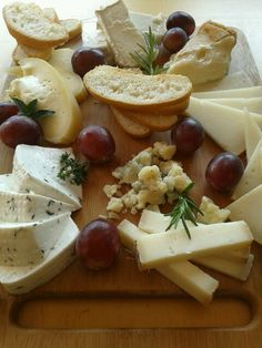 """Cheese from Spain and grapes: """"Uvas y queso saben a beso"""" Charcuterie Cheese, Cheese Platters, Spanish Cheese, Spanish Food, Artisan Cheese, Cheese Party, Snacks, Wine Recipes, Wine Cheese"""