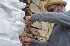 ADHÉRER. Le projet consiste en une installation d'art dans l'ermitage de Santa Maria de la Serra à Farrera Pallars Sobirà, (Catalogne). In Situ implique la fabrication du papier qui sera ensuite utilisé pour couvrir partiellement les parois Hermitage de manière à former une bande blanche de protection autour du monument. Par Darío Zeruto y Hélène Genvrin