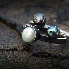 Prata e pérolas negras. Prata oxidada e pérola.