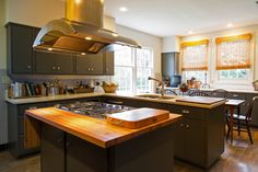 Not my favorite colors but I like the layout of this kitchen for (relatively) smaller spaces