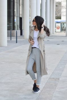 Federica L. shows us exactly how to combine joggers and a trench coat by creating a sophisticated yet innately casual style which we love! A plain white tee is always the perfect match to a pair of joggers, and this beige trench coat adds that degree of class you crave. Trench: Berskha, Tee: Zara, Joggers: Mango.