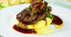 Klassisk rätt med fluffigt potatismos med salt sidfläsk och en riktigt god köttbit med rödvinssås.