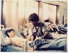Vietnam War- Nurse with a Patient Combat Medic, History Magazine, Vietnam War Photos, Vintage Nurse, South Vietnam, American War, American Soldiers, Medical History, Vietnam Veterans
