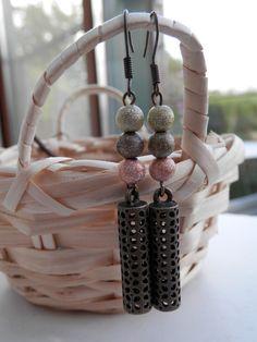 Boucles d'oreilles Trio de perles effet métallisé roses, taupe et vert et breloque lanterne ajourée coloris bronze : Boucles d'oreille par motus-et-bouche-cousue