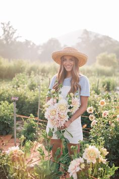 Have you ever dreamed of becoming a flower farmer? Julia Engel takes you to Flourish Flower Farm, a beautiful flower farm, in Asheville, North Carolina. Spring Aesthetic, Aesthetic Girl, Farm Girl Style, Farm Lifestyle, Farm Clothes, Flower Farmer, Farm Photo, Gal Meets Glam, Planting Flowers