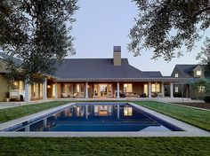 This stunning wine country retreat was designed by Andrew Mann Architecture in collaboration with Kara Mann Design, located in Napa County, California. Architecture Design, Residential Architecture, Future House, My House, Design Exterior, Pool Houses, Home Fashion, Planer, Modern Farmhouse