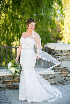 Enzoani Modeca Olva #bride #wedding #weddingday #enzoanimodeca #laceweddingdress #laceveil #updo #whiteflowerbouquet #mermaiddress #enzoanimodecaolva