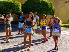 Moda de rua, movimentos culturais e muita criatividade norteiam um dos estilos que será hit no verão 2015. Shorts Pop Customizado & Sansara Milinda