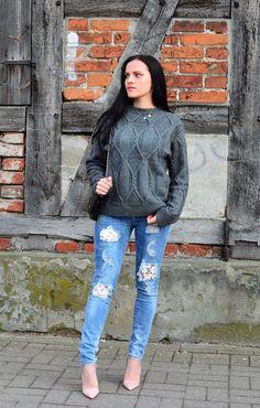 Jeansy z koronkowymi wstawkami, szary sweter i różowe szpilki - Stylizacja |