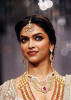 Indian bridal jewelry inspiration: 21 ways to wear maang tikkas and jhoomers for an Indian bride Big Fat Indian Wedding, Indian Wedding Jewelry, Indian Bridal, Bridal Jewelry, Indian Weddings, Tikka Jewelry, India Jewelry, Hair Jewelry, Tikka Hairstyle