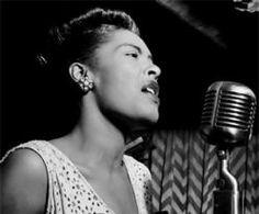 Billie Holiday, cantante de Jazz estadounidense. Huérfana desde temprana edad, con doce años empezó a prostituirse,  hecho por el cual estuvo cuatro meses en prisión. Su suerte cambió cuando participó en un casting para un puesto de bailarina en el Pod's & Jerry's, donde, tras un estrepitoso fracaso, el pianista del local la invitó a cantar, lo cual permitió que el crítico y productor John Hammond descubriese en ella unas extraordinarias cualidades vocales, a pesar de su nula formación…