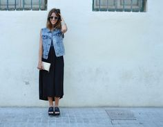 Denim vest look by Carmen from Mi mirada al mundo blog, wearing Mouet Garbi Glass Green sunglasses. Blue denim vest and long black dress. Unisex Made in Spain eyewear available at: www.mouet.es · Blogger style outfit