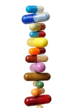 """La revue médicale indépendante Prescrire publie la liste des médicaments commercialisés en France au 1er janvier 2015 qui sont """"plus dangereux qu'utiles"""" et qu'il faut """"écarter des soins""""."""
