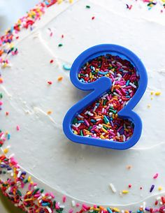 fun idea :: number cookie cutter to apply sprinkles on a birthday cake #birthday