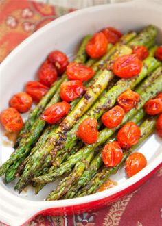 Roasted Asparagus and Tomatoes - takes one minute to toss together and is ready to eat in 15 minutes! SO quick and easy! Asparagus,grape to. Asparagus Tomato Recipe, Oven Roasted Asparagus, Asparagus Side Dish, Roasted Tomatoes, Vegetable Recipes, Vegetarian Recipes, Cooking Recipes, Healthy Recipes, Vegetable Side Dishes