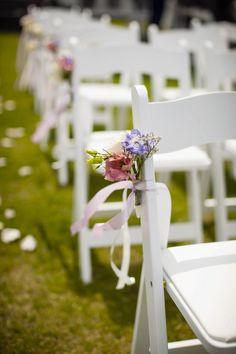 Versiering voor banken in de kerk Floral Wedding, Diy Wedding, Wedding Events, Wedding Flowers, Dream Wedding, Wedding Chair Decorations, Wedding Chairs, Corsage, Perfect Wedding