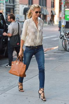 Heidi Klum wearing a loose shirt, skinny jeans and high heel sandals. Beauty on High Heels #Fashion