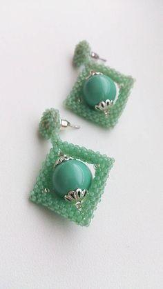 Swarovski perla mentolovej farby, obšívaná mentolovými korálkami.