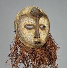 Le visage recouvert de kaolin et en forme de coeur est caractéristique des Lega Bien que les masques Idimu soient nettement plus grands que les masquettes Lukwakongo, ils en sont très proches stylistiquement. Ce sont des masques collectifs utilisés lors de cérémonies réservées aux haut gradés du Bwami Ce type de masque était utilisé dans le cadre du Bwami, une association qui organisait la structure sociale et assurait la stabilité de la communauté Lega Statues, Art Tribal, Art Premier, Art Africain, Lion Sculpture, Arts, Heart Shape Face, Belgian Congo, Masks
