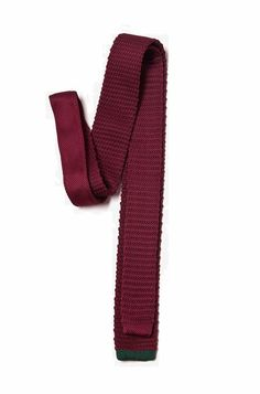 Comfort and style are two things a man should never compromise on when it comes to his neckwear. Mix things up with this lightweight, fashionable knit tie for a relaxed and timeless look. Featured in solid burgundy with contrasting hunter green at its tip. http://zocko.it/LEZqg