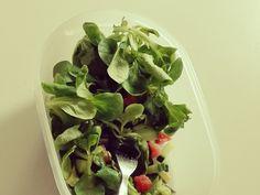 Zalm Catchy. Een heerlijke, frisse zalmsalade. Klik hier voor het recept. Spinach, Cabbage, Vegetables, Food, Essen, Cabbages, Vegetable Recipes, Meals, Yemek