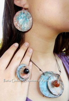 """Linea """"I Tribali"""" gioielli in cartapesta arricchiti da pietre e cristalli. Anello con onice e rame, collana con diaspro."""
