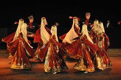 https://flic.kr/p/LjdcNR | 74ème Festival Folklorique International Danses et Musiques du Monde | N'hésitez pas à consulter notre site internet www.tourisme-amelie.com  Dès le début du 20° siècle et notamment lors des fêtes du Carnaval, un groupe de jeunes gens et de jeunes filles exécutait dans les rues de la ville des danses folkloriques catalanes.  Jean TRESCASES, fondateur des Danseurs catalans d'Amélie les bains en 1935, créa en 1936 un festival folklorique des provinces françaises…