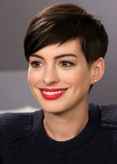 The Geode hair coloring is beautiful hair trends. There are so many hair trends and the hair color ideas. More color means more beauty. Anne Hathaway Short Hair, Anne Hathaway Makeup, Anne Hathaway Haircut, Hair Styles 2014, Long Hair Styles, Cropped Hair Styles For Women, Short Hair Styles Growing Out, Short Haircuts 2014, Haircut Short