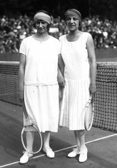 Tennis players Kathleen McKane Godfree (l.) and Suzanne Lenglen at the French Championships in Saint-Cloud in 1925.