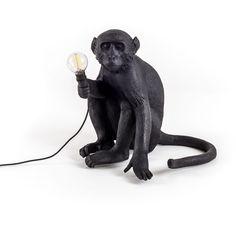 Lampe à poser Monkey Sitting Noir - Seletti - Après sa collection de lampes Monkey blanches, Seletti offre une version noire ! Insolite et toujours aussi ludique, ces singes en résine font preuve d'un réalisme surprenant pour un effet visuel plus vrai que nature… Au mur, au sol ou au plafond, ces luminaires design conviennent également en utilisation outdoor. Et chaque singe Seletti défend une position qui met en évidence sa valeur tridimensionnelle, pour une véritable impression de…
