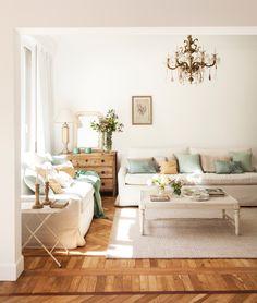 Salón blanco con alfombra beige y cojines de colores. #elmueble #salón #blanco #alfombra #lámpara